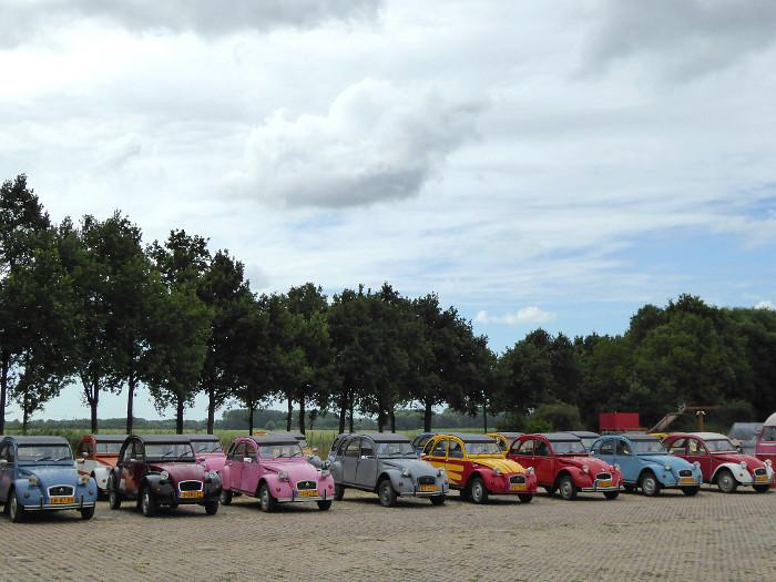 Foto van aantal Deux Chevaux op parkeerplaats