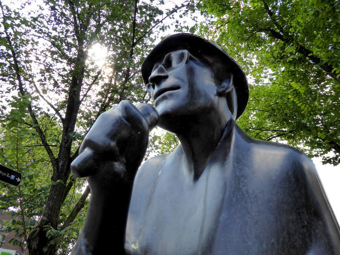 Foto va  standbeeld van Herman Berkien