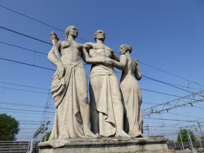 Foto van standbeeld met drie figuren