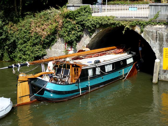 Foto van boot onder brug