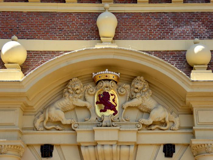 Foto van reliëf met leeuwen