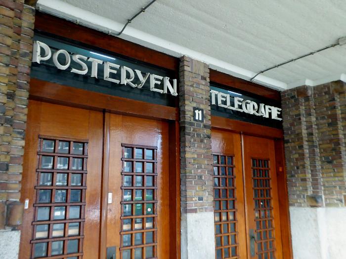 Foto van deuren van oud postkantoor