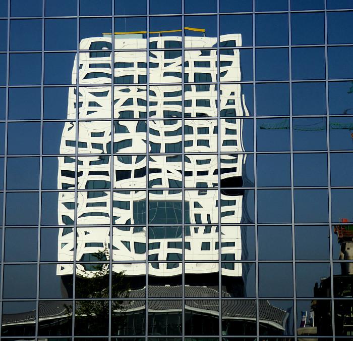 Foto van gereflecteerd gebouw