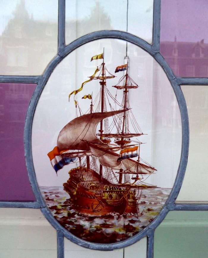 Foto van glas-in-loodraam met groot zeilschip