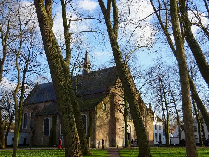 Foto van kerkje tussen bomen