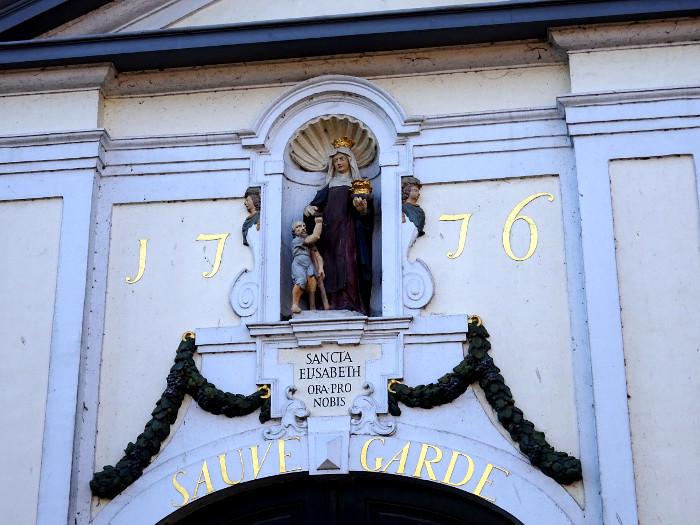 Foto van versiering boven poort