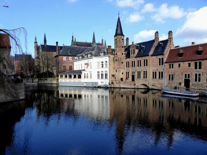 Foto van gebouwen aan water