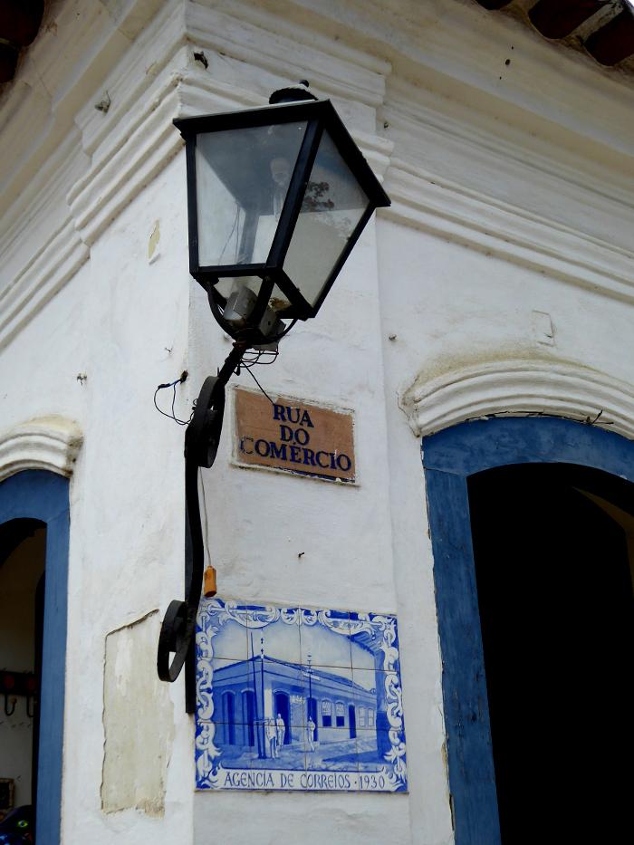 Foto van hoek van gebouw met lantaarn en tegeltableau