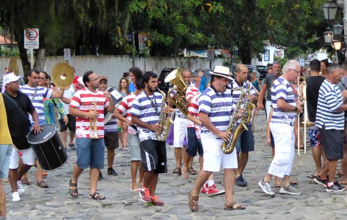 Foto van marcherende band