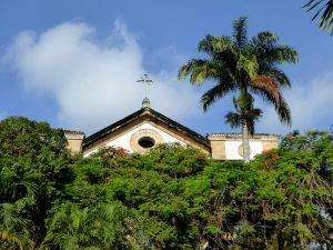 Foto ker kerk achter bomen