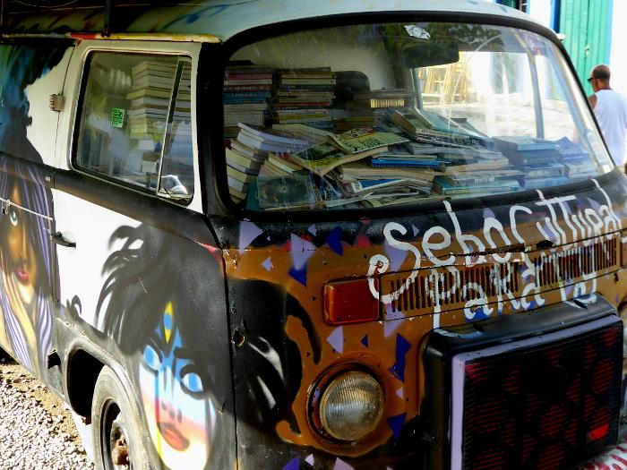 Foto van cabine van Volkswagen Kombi vol boeken