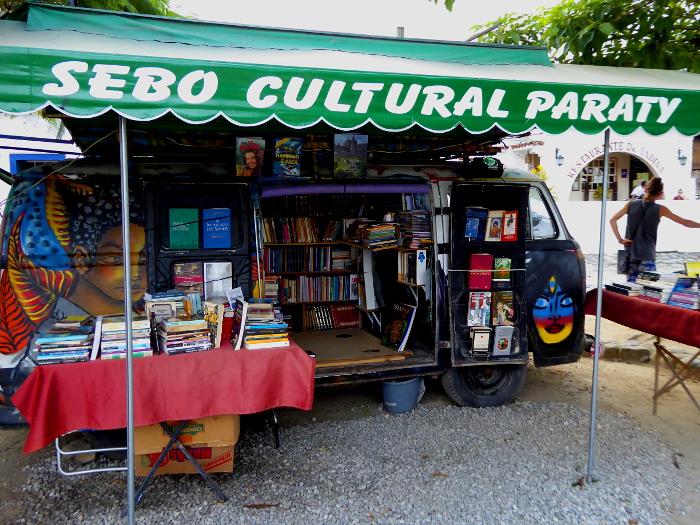 Foto van Volkswagen Kombi met boeken (open)