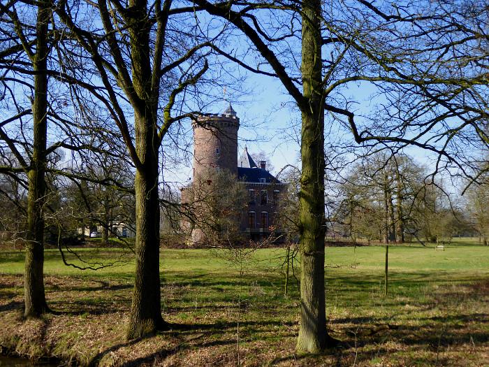 Foto van kasteel tussen bomen