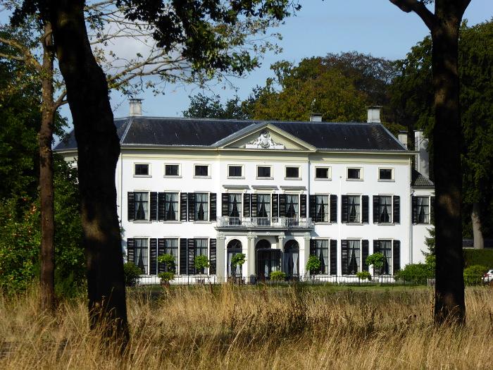 Foto van groot huis in park