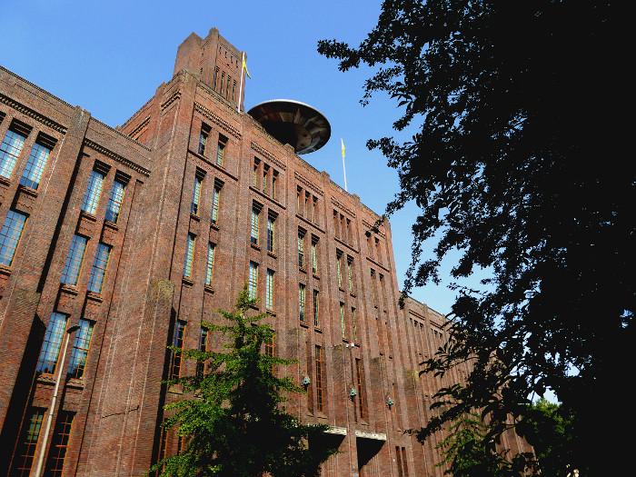 Foto van groot bakstenen gebouw