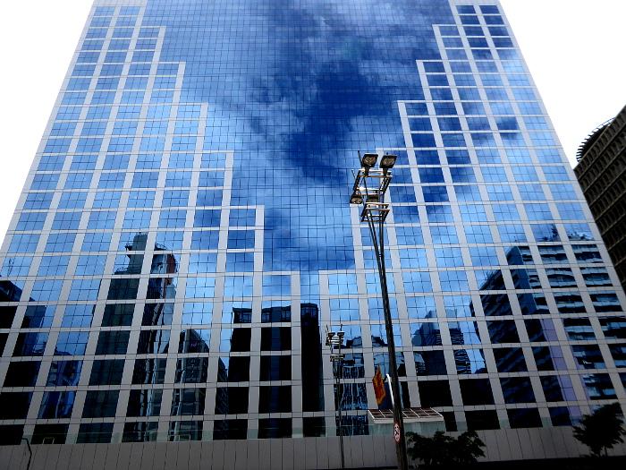 Doto van reflectie van lucht in glazen gevel