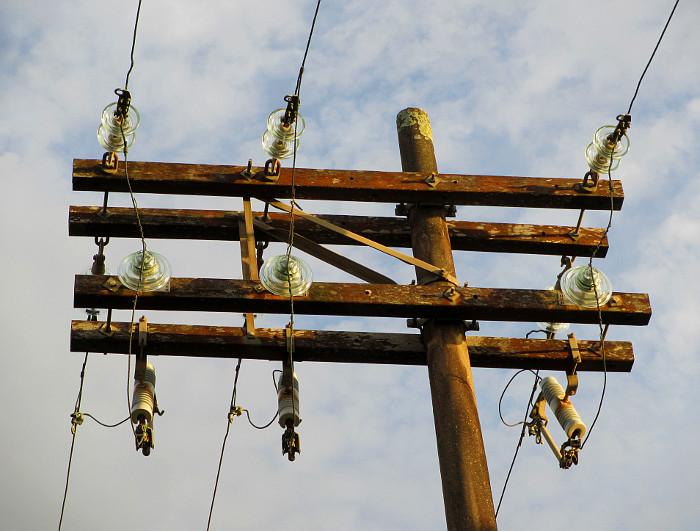 Foto van paal met elektriciteitsdraden