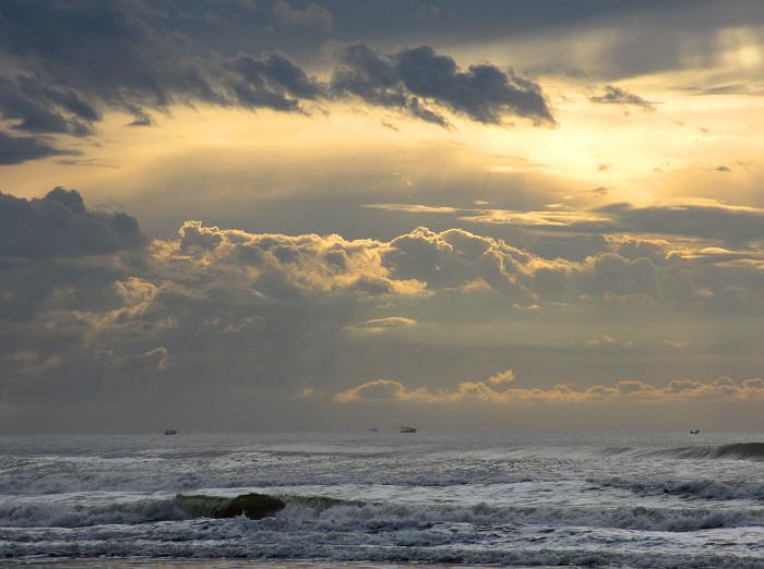 Foto van wolkenlucht en zee