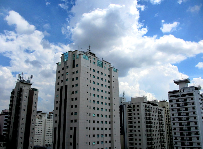 Foto van torenflats en wolken