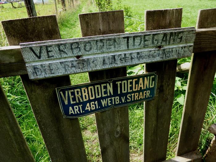 Foto van hek met verbodsbordje