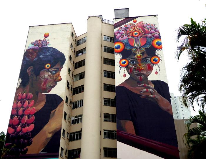 Foto van grote muurschildering van twee vrouwenfiguren