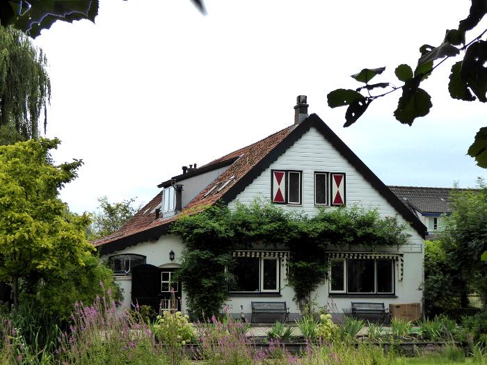 Foto van huis met rood-witte luiken