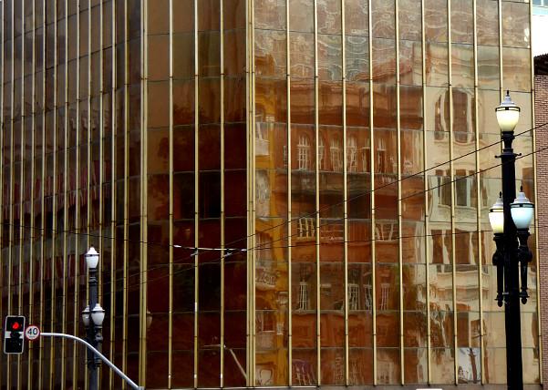 Foto van reflectie in ramen van gebouw