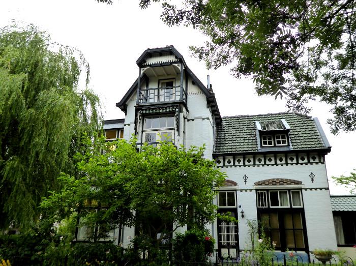 Foto van villa tussen groen