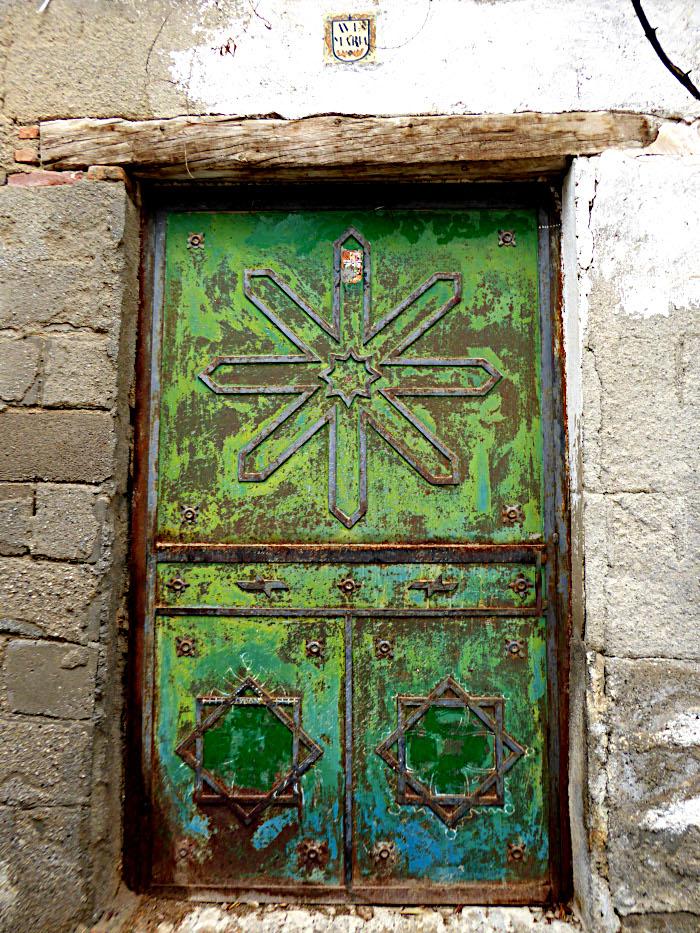 Foto van oude deur met davidssterren