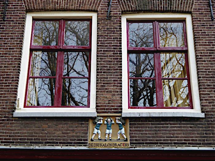 Foto van ramen en gevelsteen