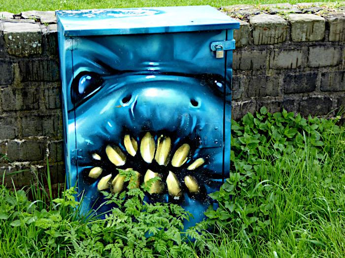 Foto van beschilderde elektriciteitskast
