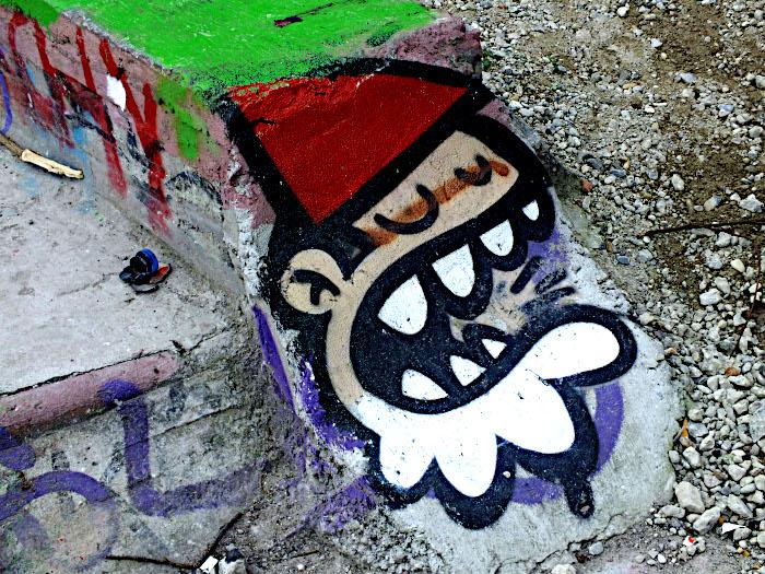 Foto van schildering op betonblok