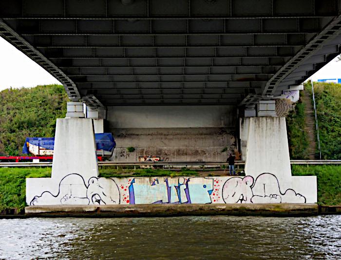 Foto van schildering op pijlers van brug