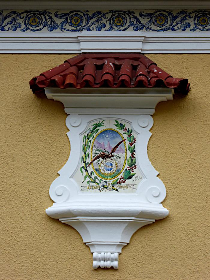 Foto van versiering aan gebouw met wapen van deelstaat Rio de Janeiro
