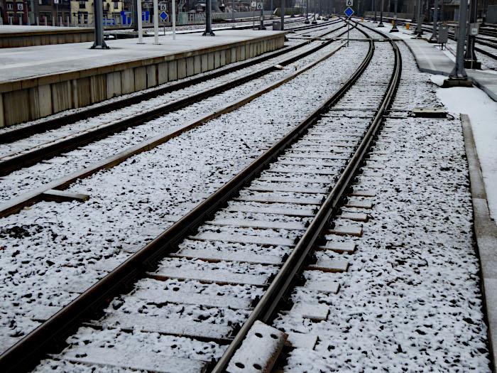 Foto van spoorrails in de sneeuw