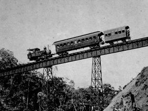 Foto van stoomtrein op spoorbrug