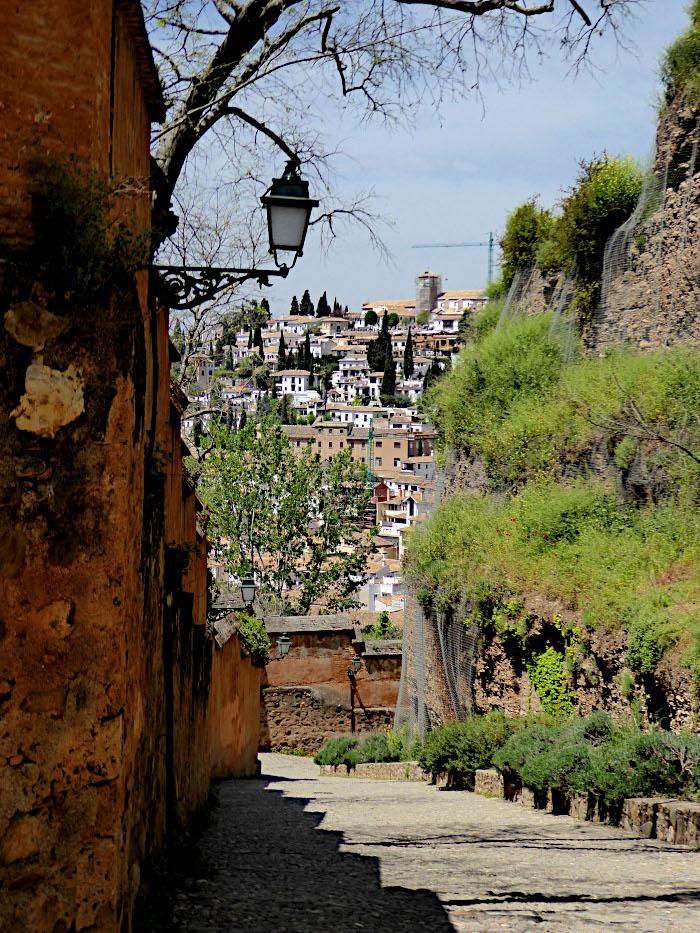 Foto van wandelweg langs Alhambra