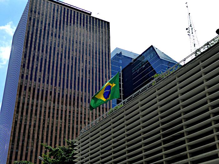 Foto van gebouw met Braziliaanse vlag