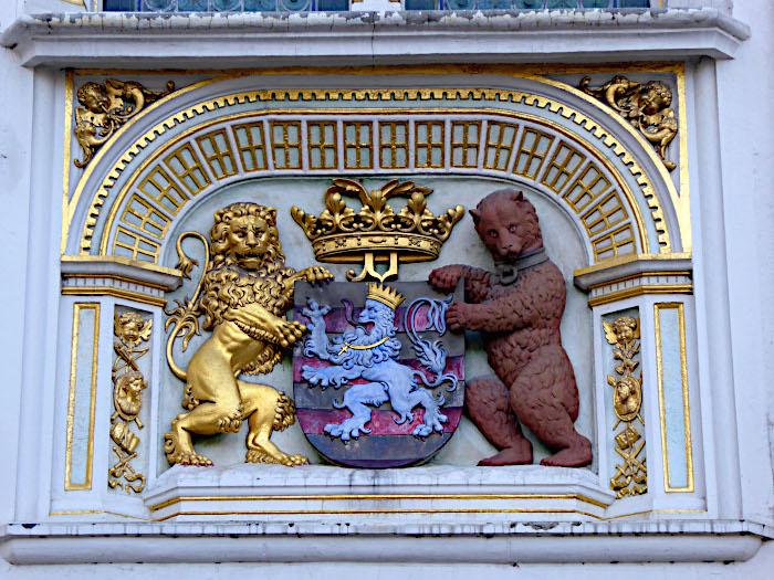 Foto van wapenschild geflankeerd door leeuw en beer