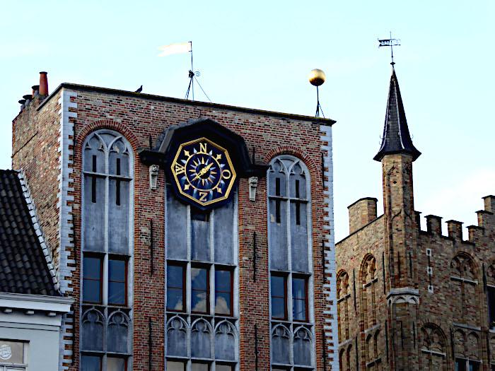 Foto van windwijzerplaat op gebouw
