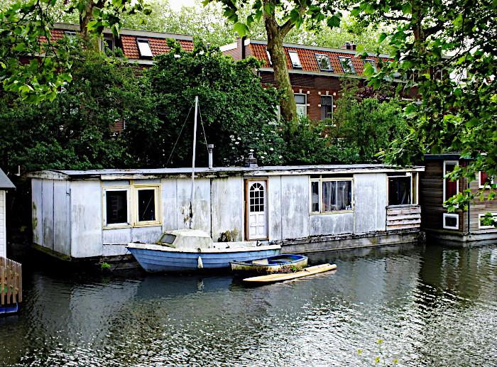 Foto van woonboot en kleine bootjes