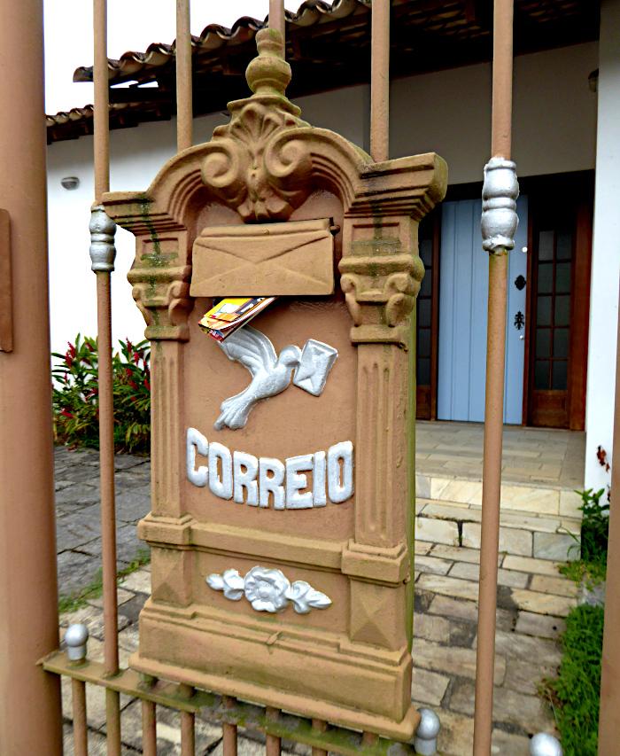 Foto van brievenbus aan hek
