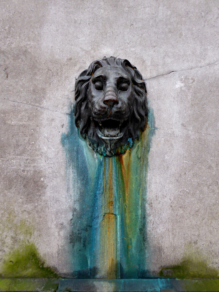 Foto van beeld van leeuw op pomp