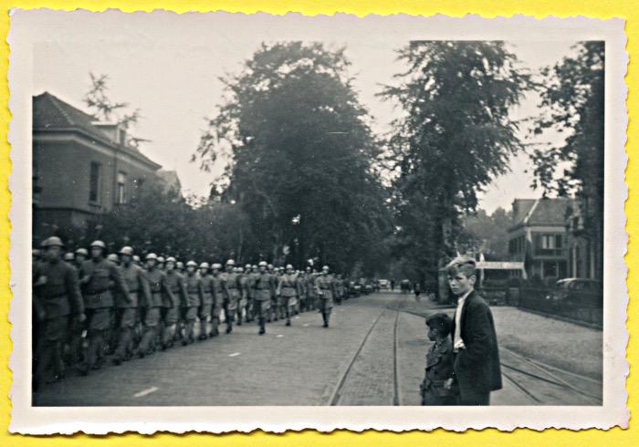 Foto van marcherende militairen