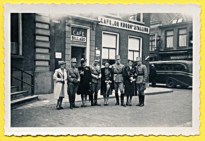 Foto van hoge militairen met dames voor café De Kroon
