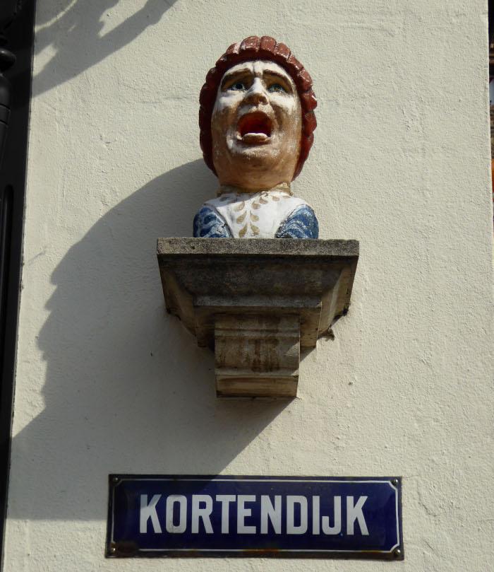 Foto van gapende kop aan muur
