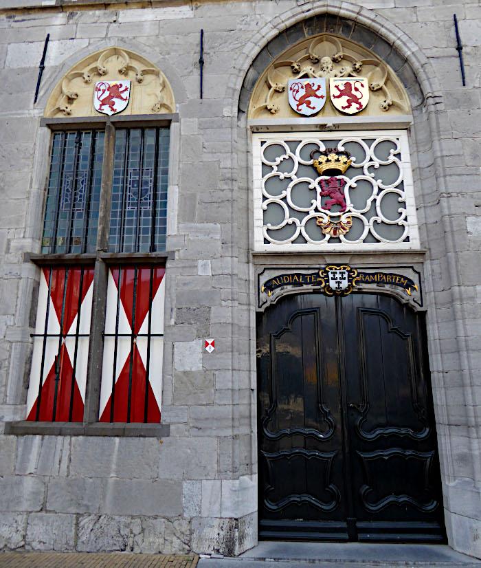 Foto van monumentale deur en raam met luiken