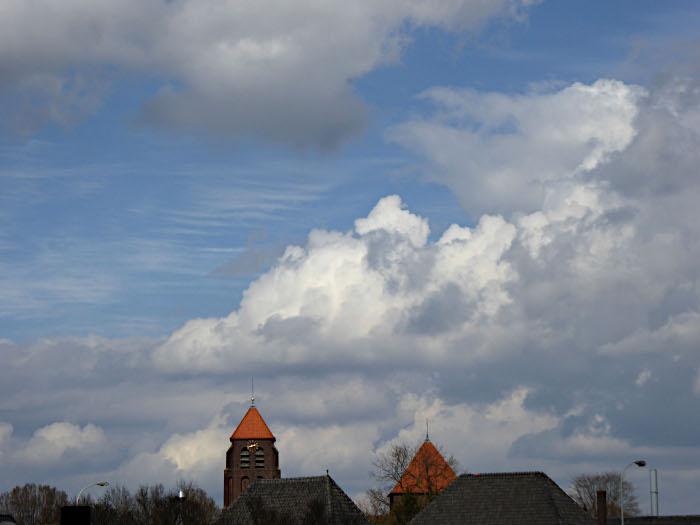 Foto van wolken en kerk