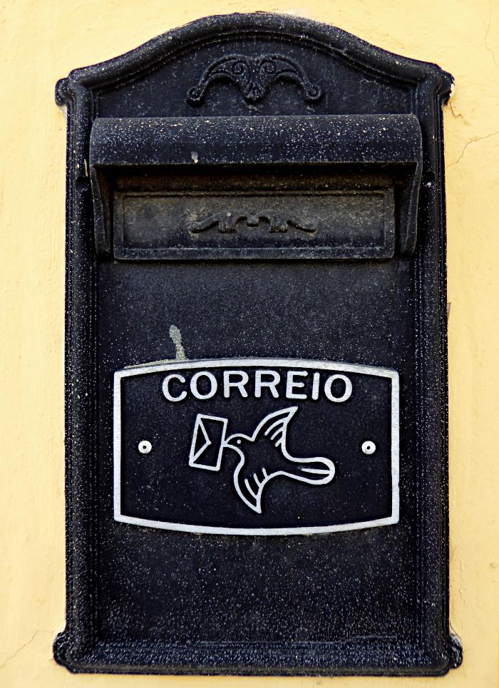 Foto van brievenbus in muur