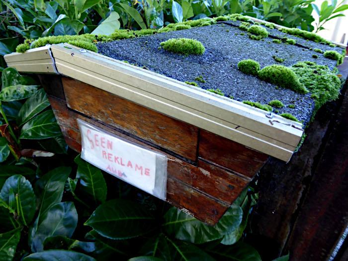 Foto van brievenbus met mos op bovenkant